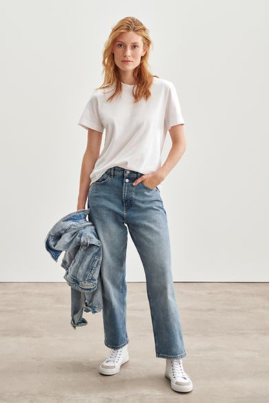 Denim_Fit_Guide_Straight_Relaxed_991EE1B335_903_Reshoot_0001